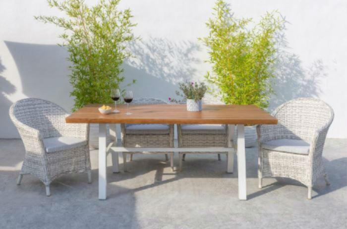 mesa blanca y sillones - Cómo decorar porches y terrazas - noticias, blog | Muebles en Granada