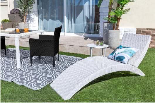 tumbona blanca - Cómo decorar porches y terrazas - noticias, blog | Muebles en Granada