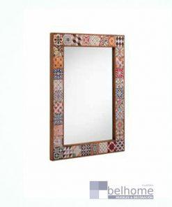 Espejo con marco decorado